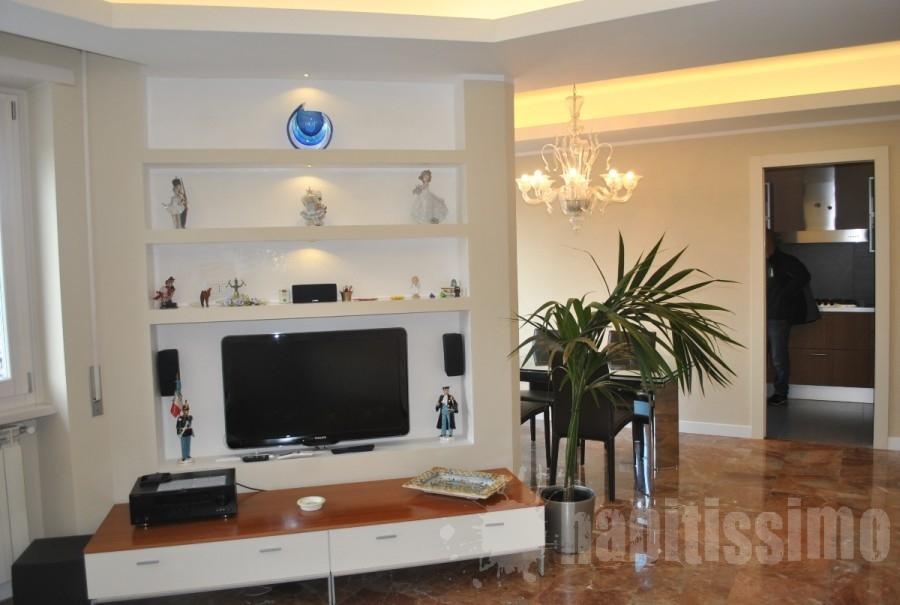 parete-in-cartongesso-allestita-per-tv-e-con-mensole_103229  Curci Ristruttu...